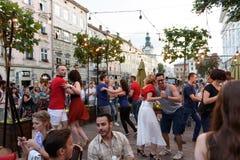 Lviv, Ukraine - 9 juin 2018 : Danseurs de Salsa en café extérieur près de fontaine de Diana à la place du marché à Lviv Image stock