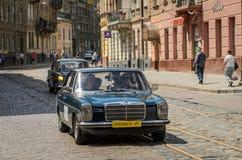 LVIV, UKRAINE - JUIN 2018 : La rétro voiture de Mercedes de vieux vintage monte par les rues de la ville Images libres de droits