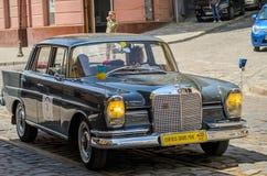 LVIV, UKRAINE - JUIN 2018 : La rétro voiture de Mercedes de vieux vintage monte par les rues de la ville Photographie stock