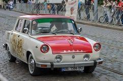 LVIV, UKRAINE - JUIN 2018 : La rétro voiture de Skoda de vieux vintage monte par les rues de la ville Images libres de droits