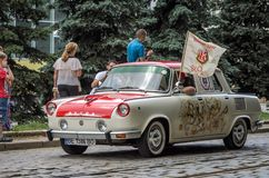 LVIV, UKRAINE - JUIN 2018 : La rétro voiture de Skoda de vieux vintage monte par les rues de la ville Photographie stock libre de droits