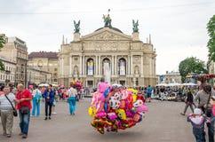Lviv, Ukraine - juin 2015 : Le vendeur des ballons au centre de la place à la fontaine près du théatre de l'opéra de Lviv Image stock