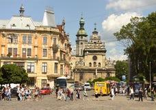 Lviv, Ukraine - juin 2017 : Les gens au centre de Lviv avec le St Photo stock