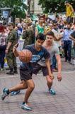 LVIV, UKRAINE - JUIN 2016 : Les joueurs de basket jouent sur la place dans le basket-ball de rue, lutter sautant de streetball po Photos libres de droits