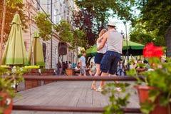 Lviv, Ukraine - 9 juin 2018 Salsa et bachata de danse de personnes en café extérieur à Lviv Image libre de droits