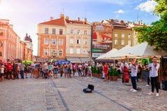 Lviv, Ukraine - 9 juin 2018 Serrez jeune la bande de observation et de écoute jouant au centre de Lviv Images libres de droits