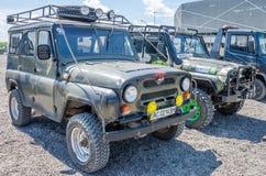 LVIV, UKRAINE - MAI 2016 : Folâtrez la voiture UAZ de rassemblement dans la boue après la course Photographie stock