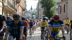 LVIV, UKRAINE - MAI 2018 : La colonne des cyclistes d'amateurs de sportifs passant la ville fait du vélo banque de vidéos