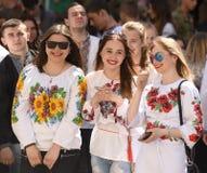 LVIV, UKRAINE - 18 MAI 2017 : Les gens portant Vyshyvanka, traditi images stock