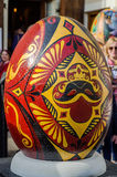 LVIV, UKRAINE - MAI 2016 : Oeuf coloré énorme de Pysanka d'oeufs avec différents conceptions et modèles traditionnels sur des thè Photos stock