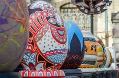 LVIV, UKRAINE - MAI 2016 : Oeuf coloré énorme de Pysanka d'oeufs avec différents conceptions et modèles traditionnels sur des thè Image libre de droits