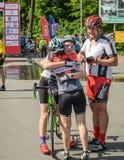 LVIV, UKRAINE - MAI 2018 : Salutation émotive à la finition d'un athlète et de le récompenser du ` s de cycliste avec une médaill photos libres de droits