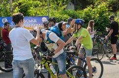 LVIV, UKRAINE - MAI 2018 : Salutation émotive à la finition d'un athlète et de le récompenser du ` s de cycliste avec une médaill photo libre de droits