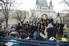 Lviv, Ukraine - 28 mars 2019 : Groupe de chansons juives de chant et avoir l'amusement après bon voyage Près de la gare ferroviai photographie stock libre de droits