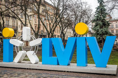 LVIV, UKRAINE - MARS 2016 : Symbole de touristes d'amour de la ville de Lviv dans la place du marché à côté de la ville hôtel, Uk Photos libres de droits