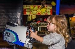 LVIV, UKRAINE - NOVEMBRE 2017 : La petite fille avec du charme l'enfant va chercher un tour en parc d'attractions sur le carrouse Image libre de droits