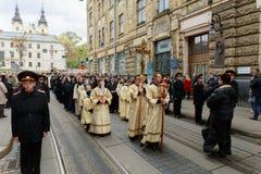 LVIV, UKRAINE - 16 octobre 2017 croyants de cortège de semaine sainte pendant la marche croisée marquant les vacances religieuses Photographie stock libre de droits