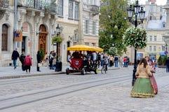 Lviv, Ukraine - 22 septembre 2012 : La vieille ville de Lviv Marché carré Filles sur la sucrerie de service de rue Photos stock