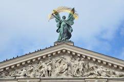 Lviv, Ukraine, septembre, 16, 2013 Personne, la gloire de sculpture sur le toit du théâtre de Lviv de l'opéra et ballet Images libres de droits