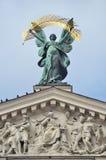 Lviv, Ukraine, septembre, 16, 2013 Personne, la gloire de sculpture sur le toit du théâtre de Lviv de l'opéra et ballet Photos stock