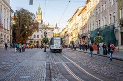 Lviv, Ukraine - septembre 2015 : Place centrale près de ville hôtel sur la place du marché de Lviv à laquelle le tram monte et le Images stock