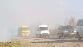 LVIV/UKRAINIAN - 2 04 2017 pourrait une conséquence des incendies de forêt Un grand nombre de route couverte de brouillard banque de vidéos