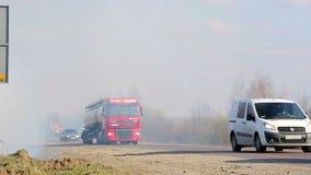 LVIV/UKRAINIAN - 2 04 2017 pourrait une conséquence des incendies de forêt Un grand nombre de route couverte de brouillard clips vidéos