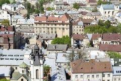 LVOV, UCRÂNIA - 3 DE MAIO DE 2015: Vista sobre os telhados da cidade Imagem de Stock