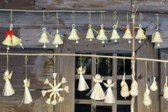 LVOV UCRÂNIA 20 DE JANEIRO DE 2018: Anjo e sinos de Straw Christmas imagens de stock royalty free