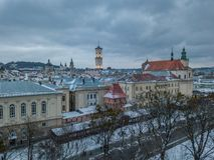 LVOV, UCRANIA - 25, diciembre de 2018 Panorama de la ciudad antigua imagenes de archivo