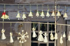 LVOV UKRAINE 20. JANUAR 2018: Straw Christmas-Engel und -glocken lizenzfreie stockbilder