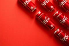 Lvov, Ukraine - 23 janvier 2018 Le plan rapproché de la boisson de Coca Cola cogne le mensonge sur le fond de papier Texture Vue  Images libres de droits