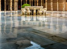 Lwa patio w pałac Nasrid w deszczu, Alhambra, Granada, Hiszpania obrazy royalty free