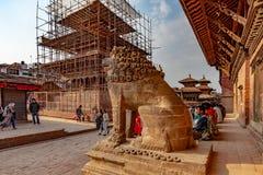 Lwa strażnik i świątynia w odbudowie fotografia stock