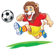 Löwe, der Fußball spielt Lizenzfreies Stockbild