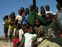 Lwizi, Katanga, Democratische Republiek de Kongo, 6 Juni 2006: De kinderen stellen bij een verlaten station royalty-vrije stock foto