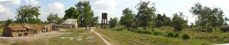 Lwizi, Katanga, transporteur : Les voies ferroviaires abandonnées croisent le village rural images stock