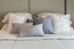 Lxury bedroom with pillows on bed Royalty Free Stock Photography