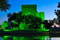 Lyabi Hauz på natten lokaliseras i den historiska delen av Bukhara, royaltyfria bilder