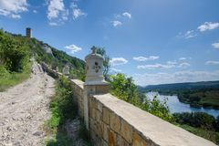 Lyadova,乌克兰,09-08-2018:向Lyadova修道院的路,位于乌克兰的文尼察州地区 库存图片