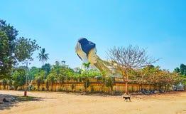 斜倚的菩萨在庭院,砂海螂南塔河Lyaung菩萨寺庙,Bago,缅甸里 库存图片