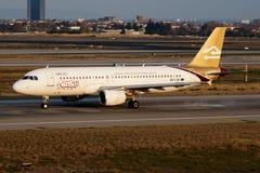 Lybische Passagierflugzeugabfahrt Fluglinien-Airbusses A320 5A-LAK an Flughafen Istanbuls Ataturk stockfotografie