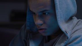 Lycéen noir somnolent et fatigué jouant des jeux d'ordinateur la nuit, dépendance banque de vidéos