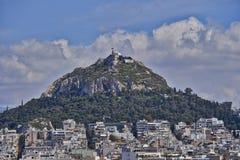 Lycabetus小山和雅典都市风景 免版税库存照片