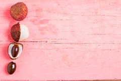 lychee新鲜在桃红色木头 免版税库存图片