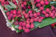 Lychee,新鲜的lychee和剥皮显示红色皮肤和白色f 库存照片