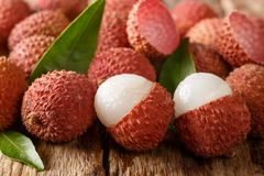 Lychee, litchi, litchi, of lichi, Lychee chinensis op oude rustieke houten achtergrond horizontaal stock foto's