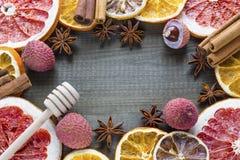 Lychee owoc z cytrusów plasterkami i pikantność na drewnianym tle Obraz Stock