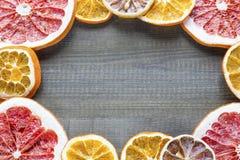 Lychee owoc z cytrusów plasterkami i pikantność na drewnianym tle Zdjęcia Royalty Free