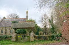 Lychgate & chiesa inglesi di St Peter, Holtye, Sussex immagine stock